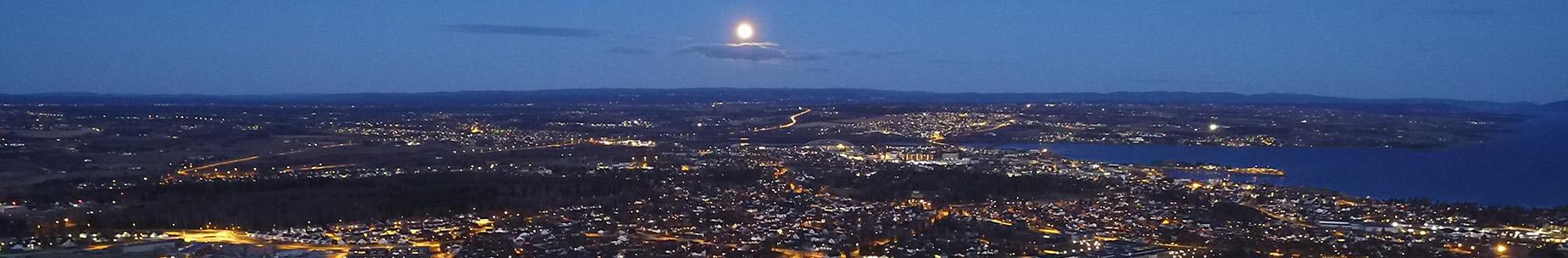 Nattfoto av Hamar by - foto: Skyphoto