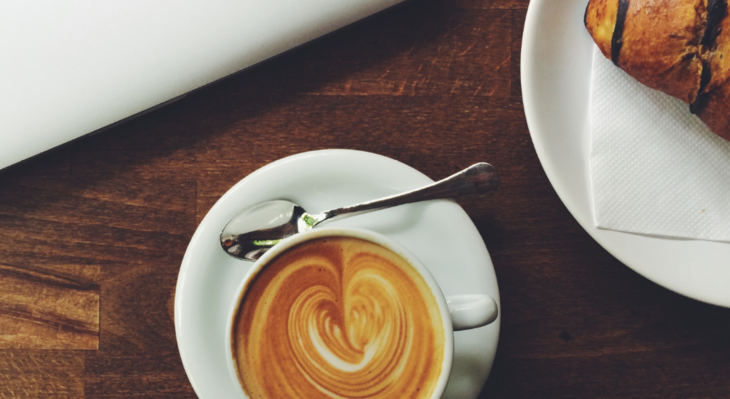 Kaffe og croissant på kafé