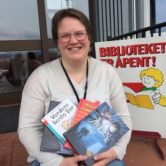 Biblioteksjef Kaia gir deg gjerne tips til godt lesestoff