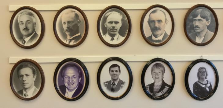 Tidligere ordførere i Grue henger på veggen i Kommunestyresalen
