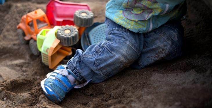 Barn leker i sandkassa