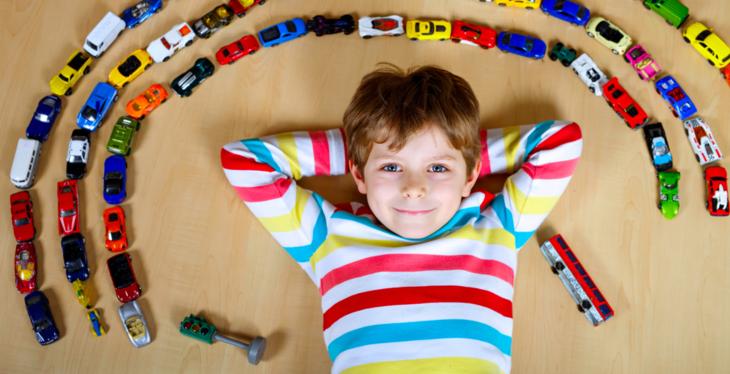 Barn leker med biler