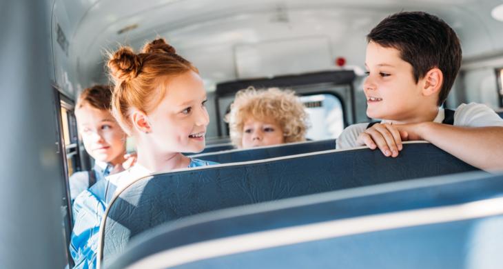 Barn på skolebussen