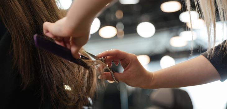En frisør i arbeid