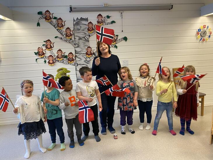 Berit Melsnes sammen med glade barn i Solungen barnehage