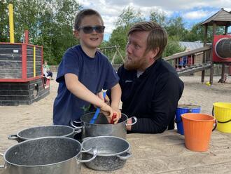 På kjøkkenet i Tjura barnehage: Matheo (5) og Bjørnar Melsås