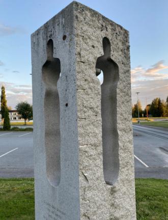 Minnesmerke 22. juli utenfor Grue rådhus